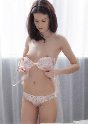 Телка сняла всю одежду и легла, чтобы получить от массажа удовольствие, но от действия массажиста она кончила - фото 2
