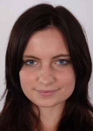 Чешская девушка с упругими сиськами на порно кастинге позирует голенькой - фото 2