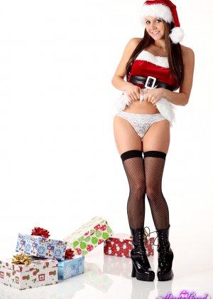 Энди Пинк в новогоднем образе показывает свое сексуальное тело и балуется с вибратором - фото 6