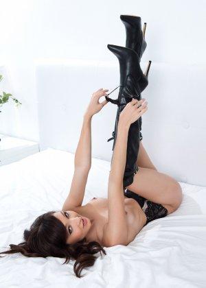 Анна Ли показывает свое красивое тело - она умеет выгодно себя преподнести перед камерой - фото 11