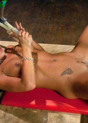 Холли Тэйлор – чувственная блондинка, которая испытывает на себе действие мощной секс-машины - фото 10