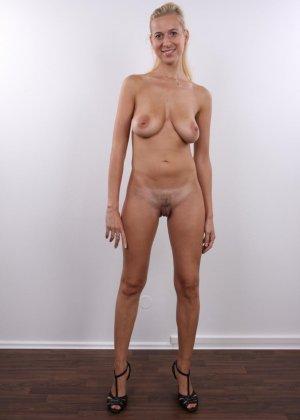 В чешском кастинге сексуальная блондинка принимает участие для того, чтобы показать себя со всех сторон - фото 10