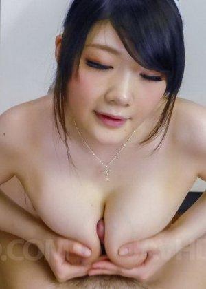 Японка Ри Тачикава ходит по кухне голая и дожидается пока мужчина подходит к ней сзади, чтобы попросить ласки - фото 14