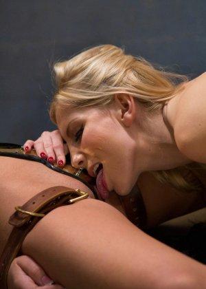 Красивые сучки занимаются жестким развратным сексом со своими подругами по делу - фото 17