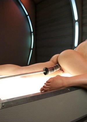 Красивая женщина ласкает свою промежность вибратором, пока муж разъезжает по командировкам - фото 8