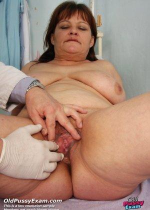 Пожилой врач принимает зрелую пациентку и вставляет в ее пизду расширитель, а в попке орудует ватной палочкой - фото 6