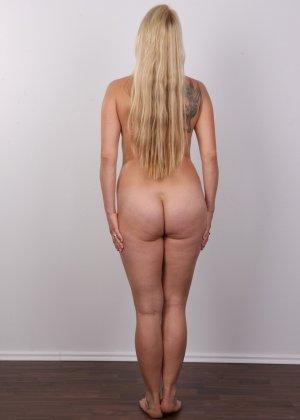Блондинка с большой попкой и тату на спине оголила свое тело на камеру - фото 10