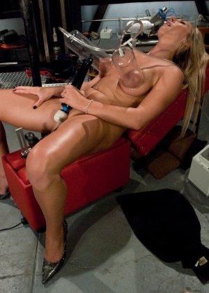 Рисковая блондинка пробует себя на мощной машине, которая доставляет массу удовольствия - фото 20