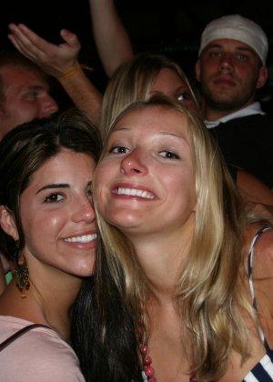 Пьяные девушки показывают свои обнаженные тела в стенах клуба - фото 15