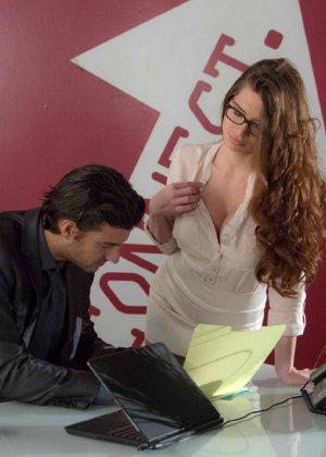 Вероника Вайн привлекает внимание своего босса и он ведется на ее сексуальность – трахает ее прямо в кабинете - фото 4