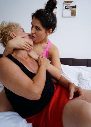 Молодая девушка развлекается со зрелой женщиной, познавая друг друга в лесбийских ласках - фото 7