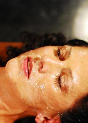 Брюнетке на лицо извергают очень большое количество горячей спермы - фото 10