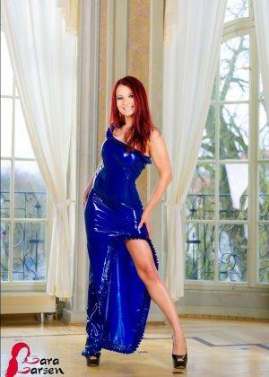 Лара Ларсен показывает себя, позируя в длинном синем платье и не снимает его, специально дразня - фото 8