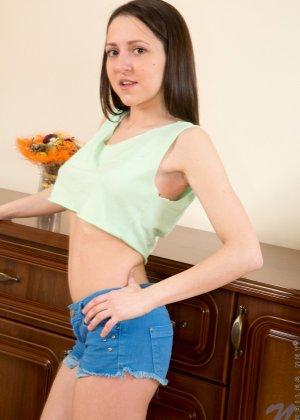 Сексуальная брюнетка показывает свою классную фигурку, принимая самые соблазнительные позы - фото 1
