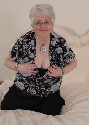 Пожилая женщина не сдает позиции и принимает участие в эротической фотосессии - фото 9