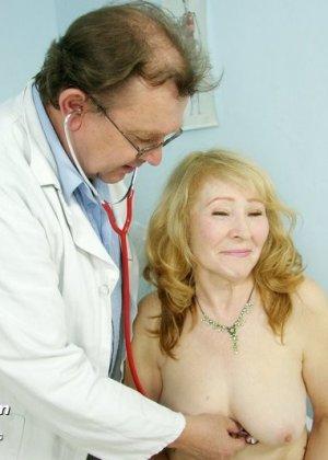 Женщина приходит к врачу, чтобы позволить осмотреть себя с ног до головы – ей это даже нравится - фото 9