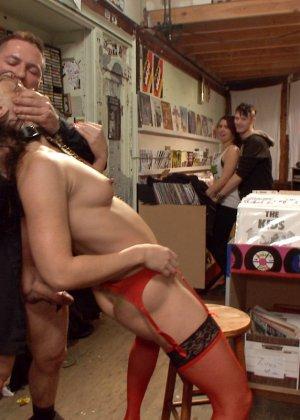 Венона и Джон Стронг на публике показывают, как можно получить удовольствие от разных действий - фото 18