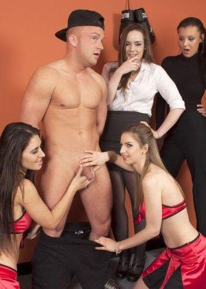 Тренеру делают отсос куда его молодых худеньких девушек в комнате - фото 10