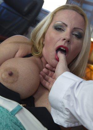 Блондинка с огромными сиськами оказалась профессиональной шлюшкой, которая отлично сосет и трахается во все щели - фото 11