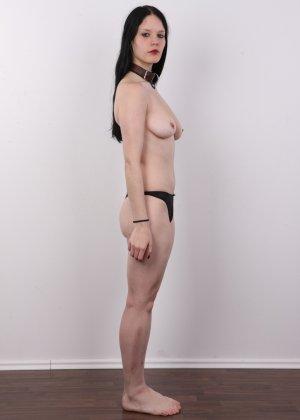 Эротическая фото сессия обнаженной брюнетки с некрасивыми сиськами - фото 7