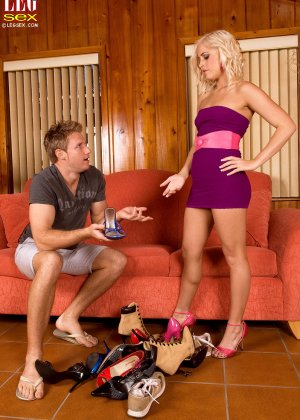 Жейден Пирсон примеряет на себя разные туфельки и позволяет целовать свои ножки, одновременно подставляя пизду - фото 7