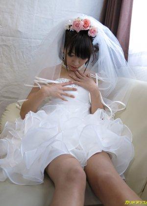 Девушка с азиатской внешностью в свадебном платье не может дождаться брачной ночи и мастурбирует - фото 1