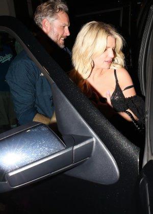 Развратную блондинистую актрису проводит к машине её хахаль - фото 15