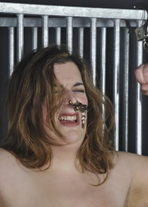 Над толстенькой дамочкой издевается извращенный зрелый мужчина - фото 15