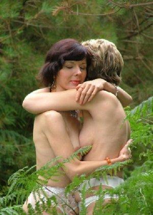 Две зрелых лесбиянки сосутся на природе и ласкают свои дырочки - фото 24