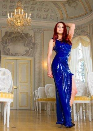 Лара Ларсен показывает себя, позируя в длинном синем платье и не снимает его, специально дразня - фото 9