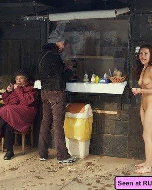 Похотливые сучки с удовольствием показывают свои сиськи: девки хотят, чтобы их трахали - фото 12