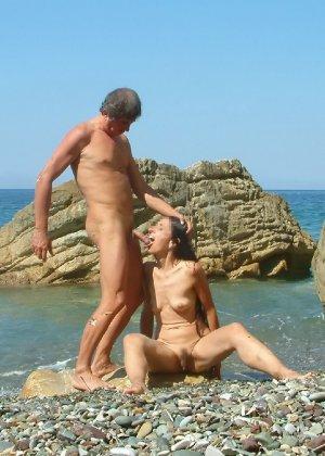 Развлечения нудистов на пляже: огромное количество больших членов и сексуальных фигур - фото 8