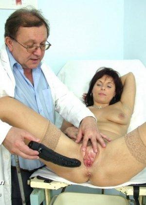 Гинеколог очень любит рассматривать женские влагалища, поэтому делает это с особым удовольствием - фото 12