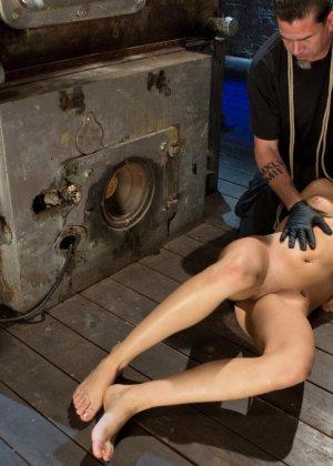 Девушку связывают в неудобной позе, а затем устраивают ей мощный секс с необычными приемами - фото 8