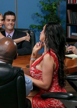 Офисные работники очень устали, поэтому шеф разрешил им вызвать двух шлюх и выебать их на работе - фото 1