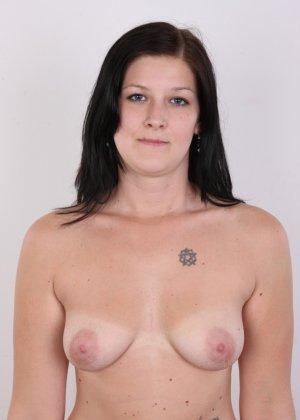 Женщина с не очень большой жопой вывалила свои стремные дойки - фото 10