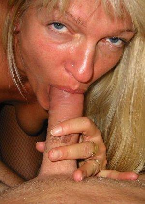 Зрелую блондинку с рыхлой пиздой трахает паренек от первого лица - фото 3