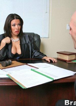 Темноволосая судья с огромными силиконовыми сиськами сосет хуй лысому адвокату, а затем позволяет себя выебать - фото 4