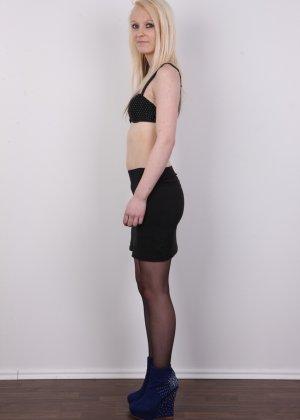 Худая блондинка с красивой пиздой делает красивые вещи перед камерой - фото 4