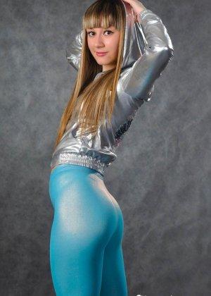 Симпатичные телки регулярно занимаются фитнесом, при этом они так сексуально выглядят в лосинах и обтягивающих спортивных костюмах - фото 10
