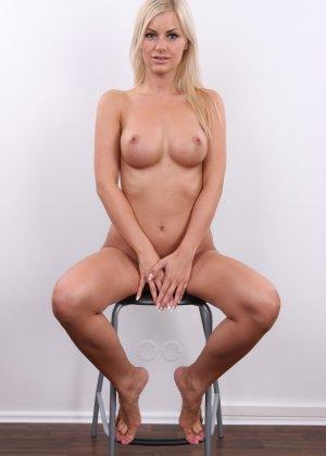 Блондинка с красивой пиздой показала свои достоинства на публику - фото 16