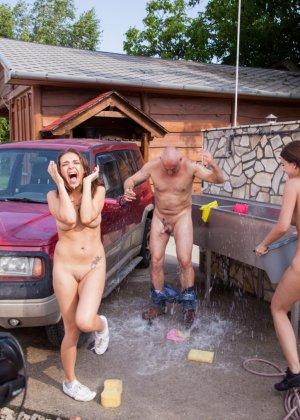 Девушки в сексуальных трусиках взяли в ротик у лысого паренька у машины - фото 12
