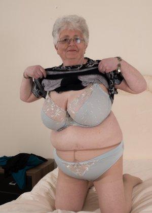 Пожилая женщина не сдает позиции и принимает участие в эротической фотосессии - фото 12