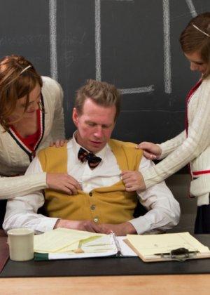 Со зрелым учителем развлеклись по полной программе распутные студентки - фото 4