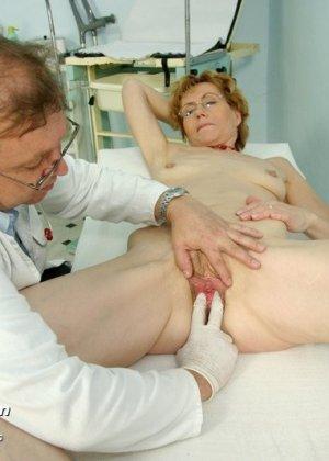 Зрелая Мила в очках расставляет ноги перед развратным доктором и разрешает ему рассмотреть себя всю - фото 9