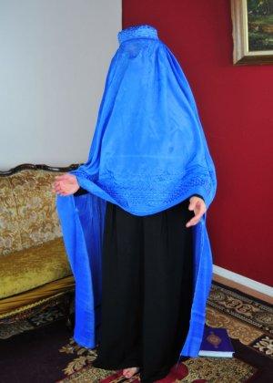 Мусульманская красотка с пышной грудью берет в рот стоя на коленках на полу - фото 1