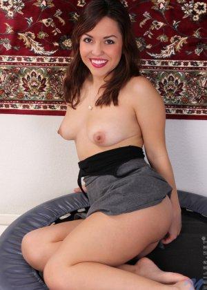 Нина Майерс хоть и не обладает идеальными формами, не стесняется показывать свое пышное тело - фото 8
