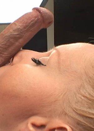 После минета блондинистая шлюшка скушала сперму до последней капельки - фото 7