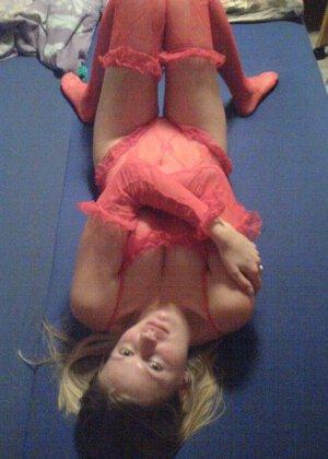 Девка в красном корсете лазит по полу и соблазняет мужа - фото 11
