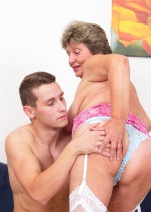Пожилая женщина оказывается в обществе молодого парня и дает себя трогать во всех местах - фото 15